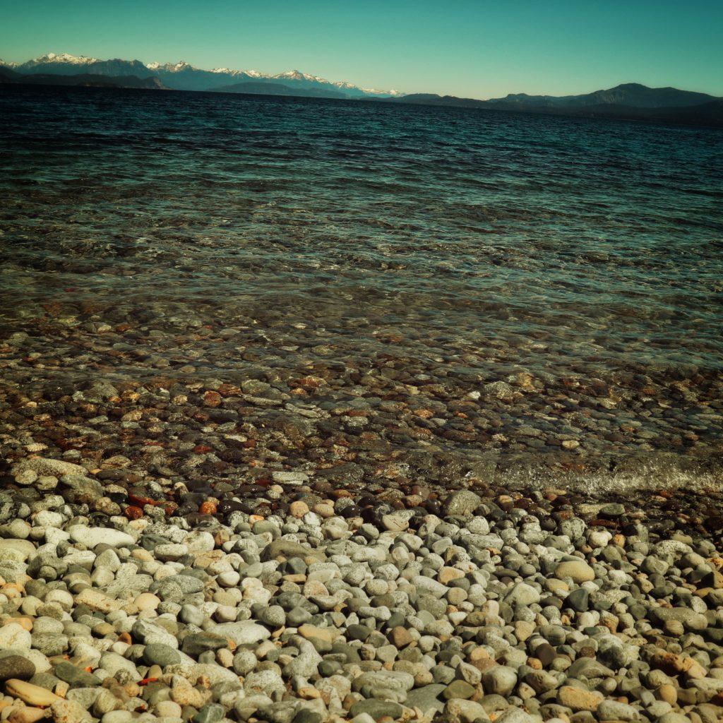 lago nahuel huapi en playa centenario en bariloche