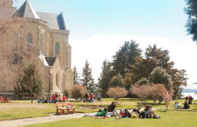 Catedral de Bariloche Nuestra señora del Nahuel Huapitiene un parque muy lindo